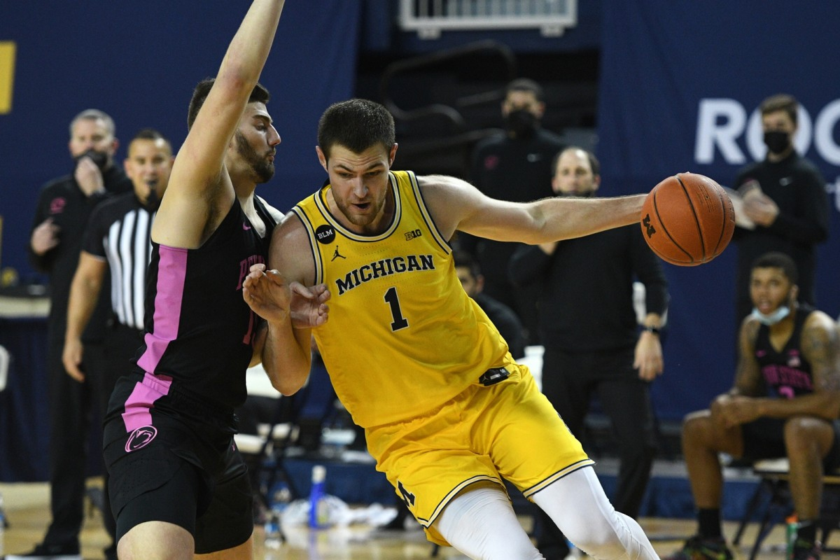 Hunter Dickinson (1) leads Michigan in both scoring and rebounding, and he's already been named the Big Ten's Freshman of the Week twice. (USA TODAY Sports)