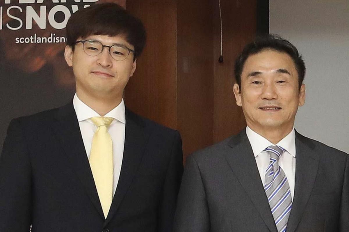 Jang Ban-seok (left) andKim Kyung-doo