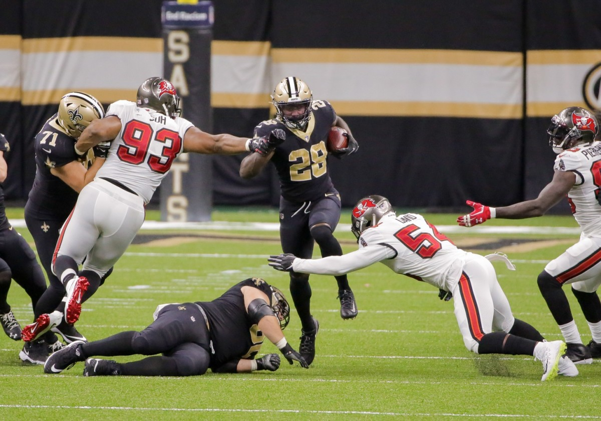 Sep 13, 2020; New Orleans, Louisiana, USA; New Orleans Saints running back Latavius Murray (28) runs against the Tampa Bay Buccaneers during the second half at the Mercedes-Benz Superdome. Mandatory Credit: Derick E. Hingle-USA TODAY Sports
