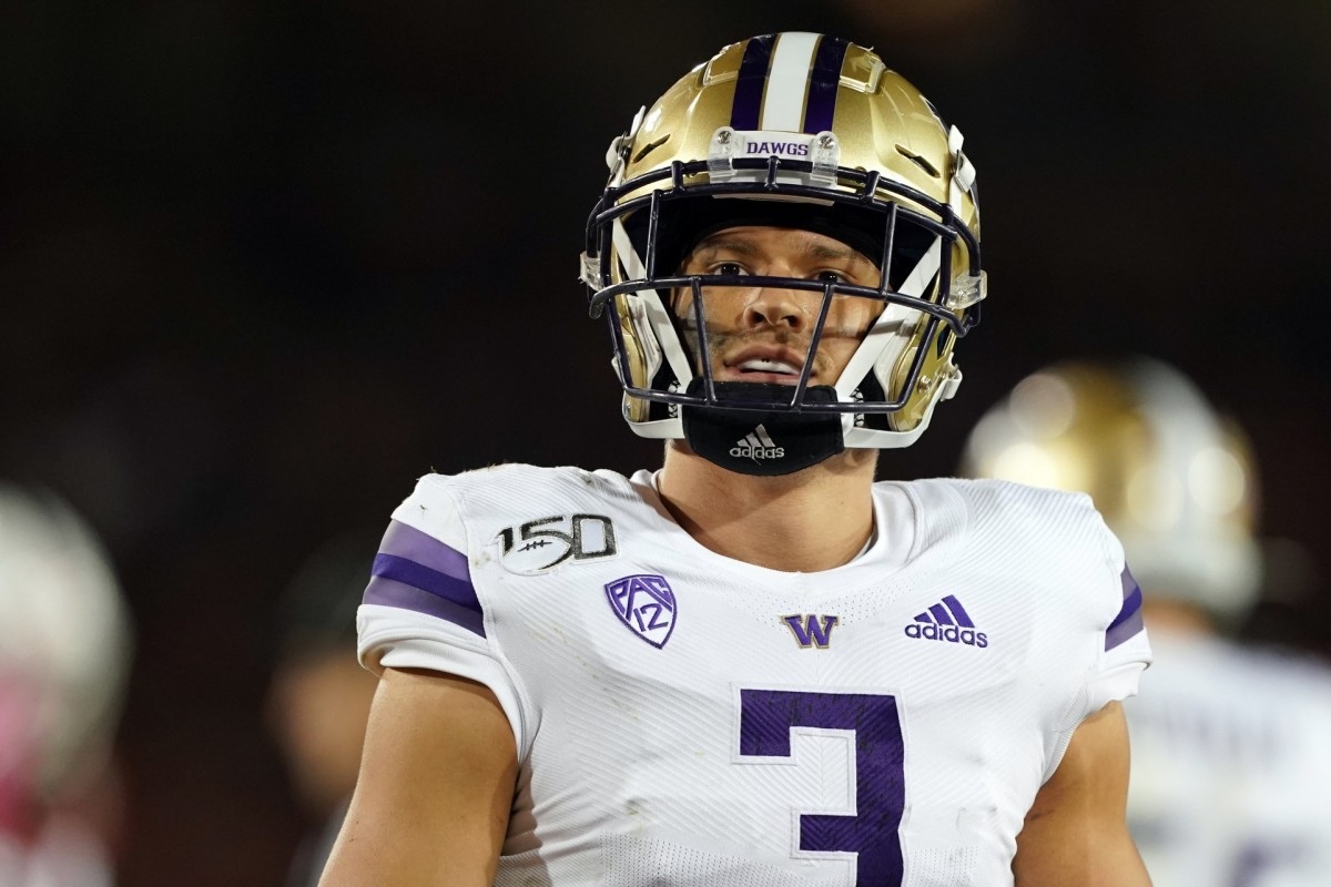 Washington Huskies defensive back Elijah Molden (3) stands on the field during the third quarter against the Stanford Cardinal at Stanford Stadium.