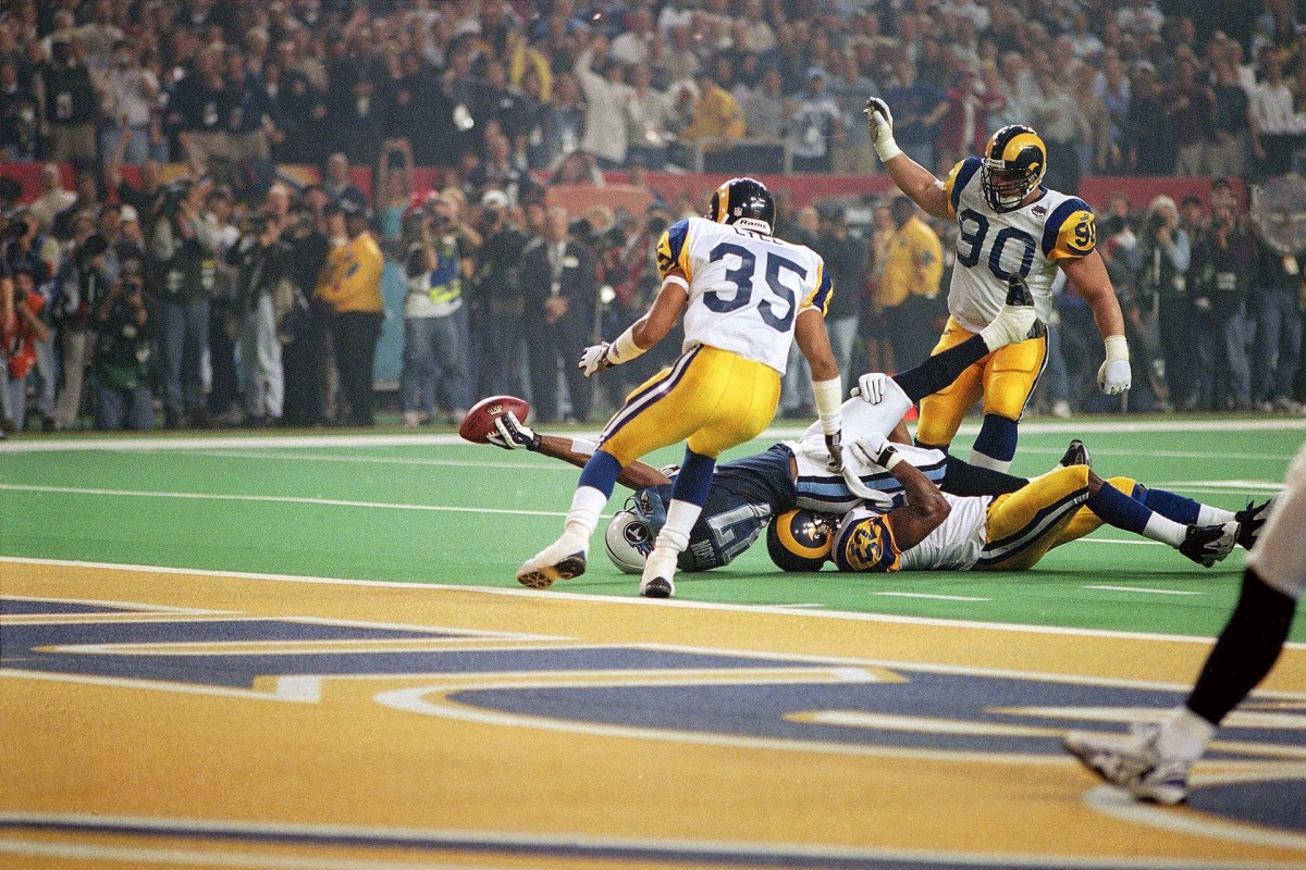 Titans WR Kevin Dyson reaches short of the goal line on the final play of Super Bowl XXXIV against the Rams
