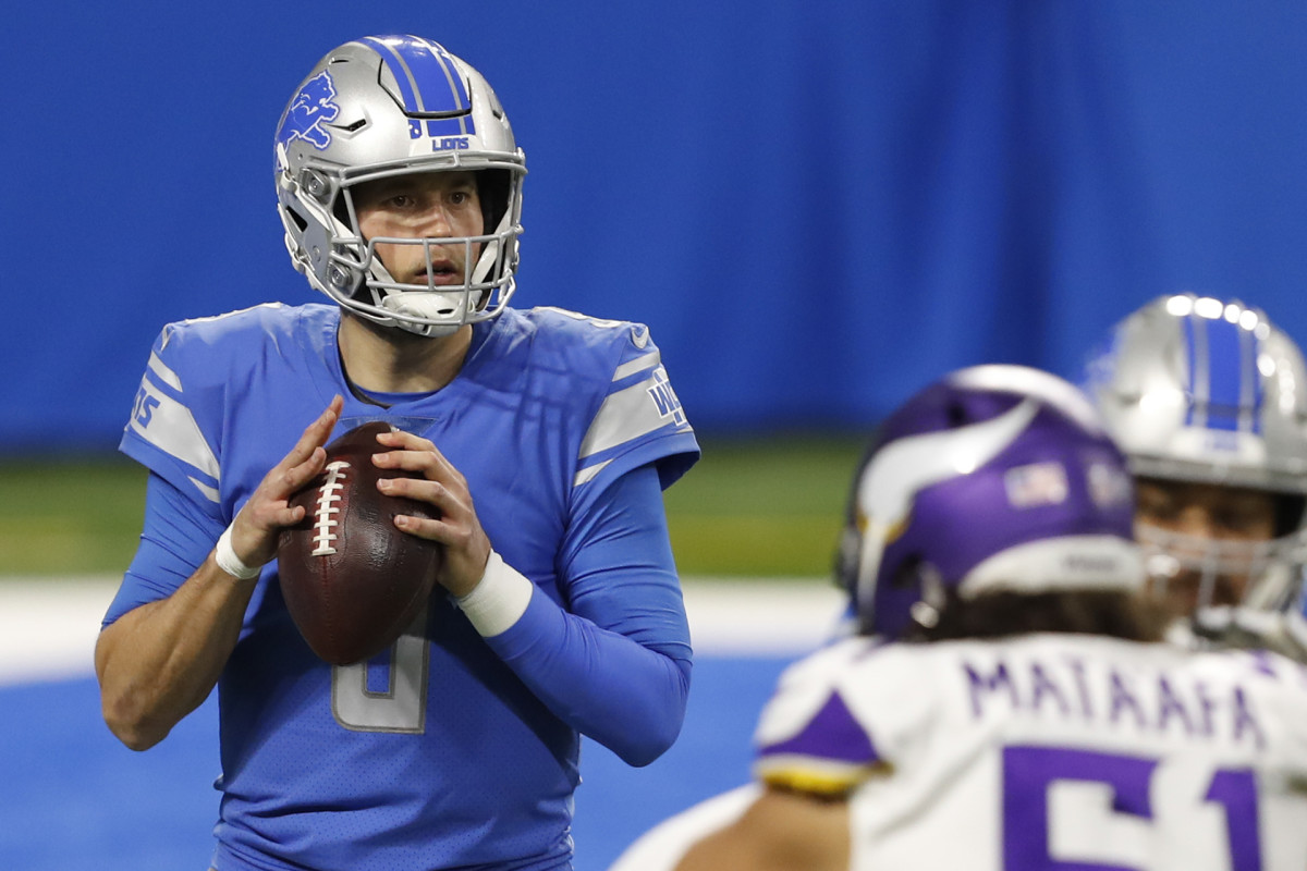Lions QB Matthew Stafford scans the field during a game against the Vikings