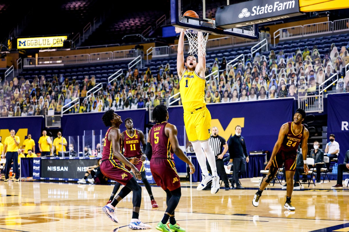 Michigan's Hunter Dickinson dunks