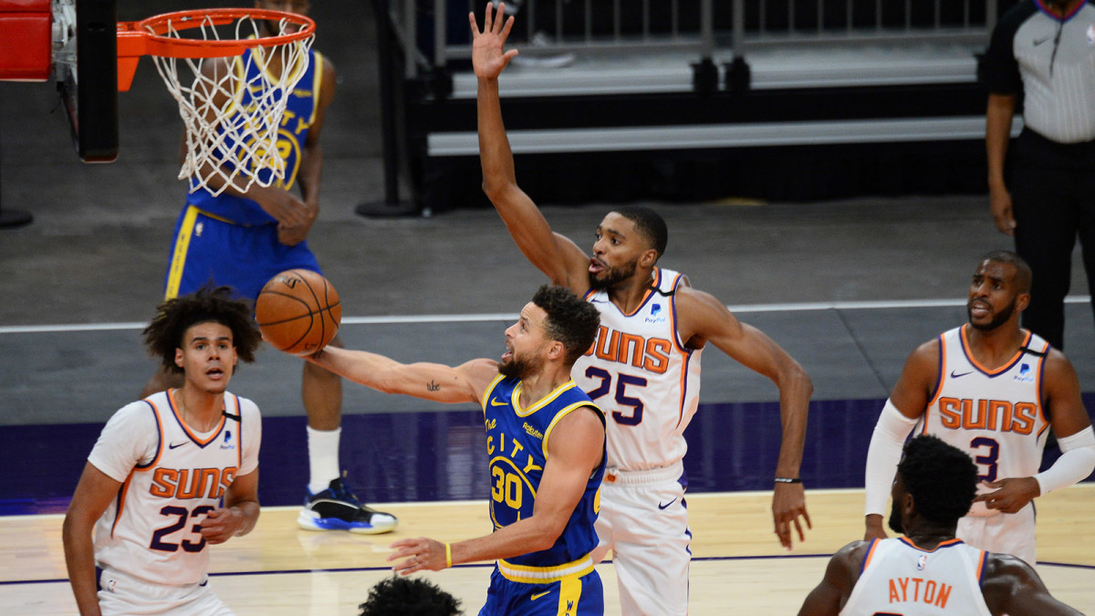 Golden State Warriors guard Stephen Curry goes up for a layup against Phoenix Suns forward Mikal Bridges