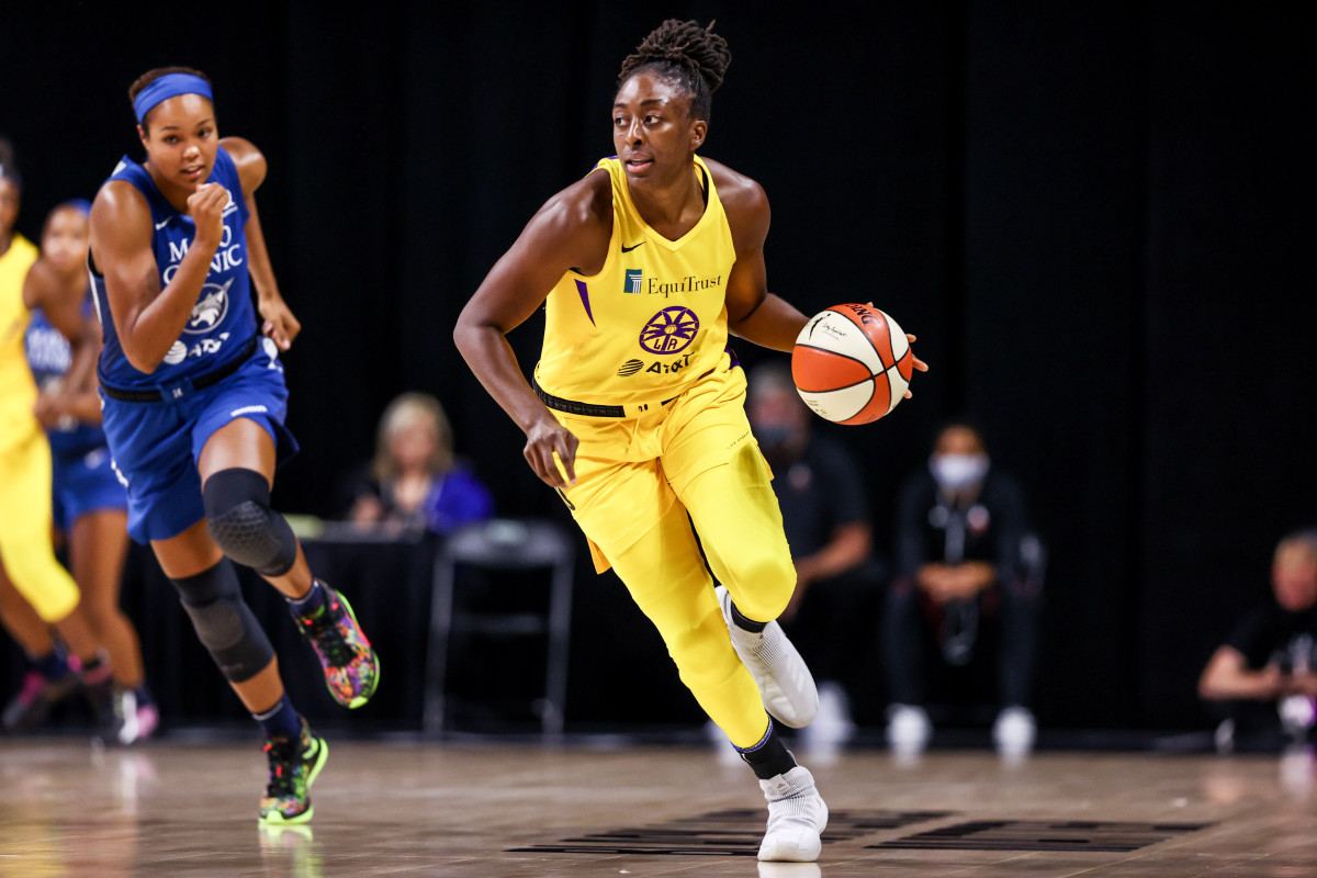 Nneka Ogwumike dribbling