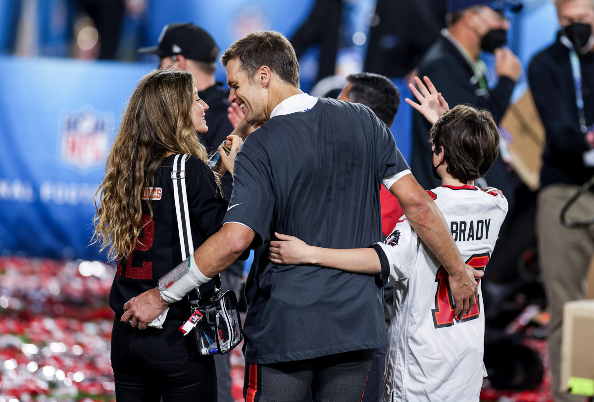 Tom Brady and wife Gisele Bündchen walk off the field after Bucs victory in Super Bowl LV