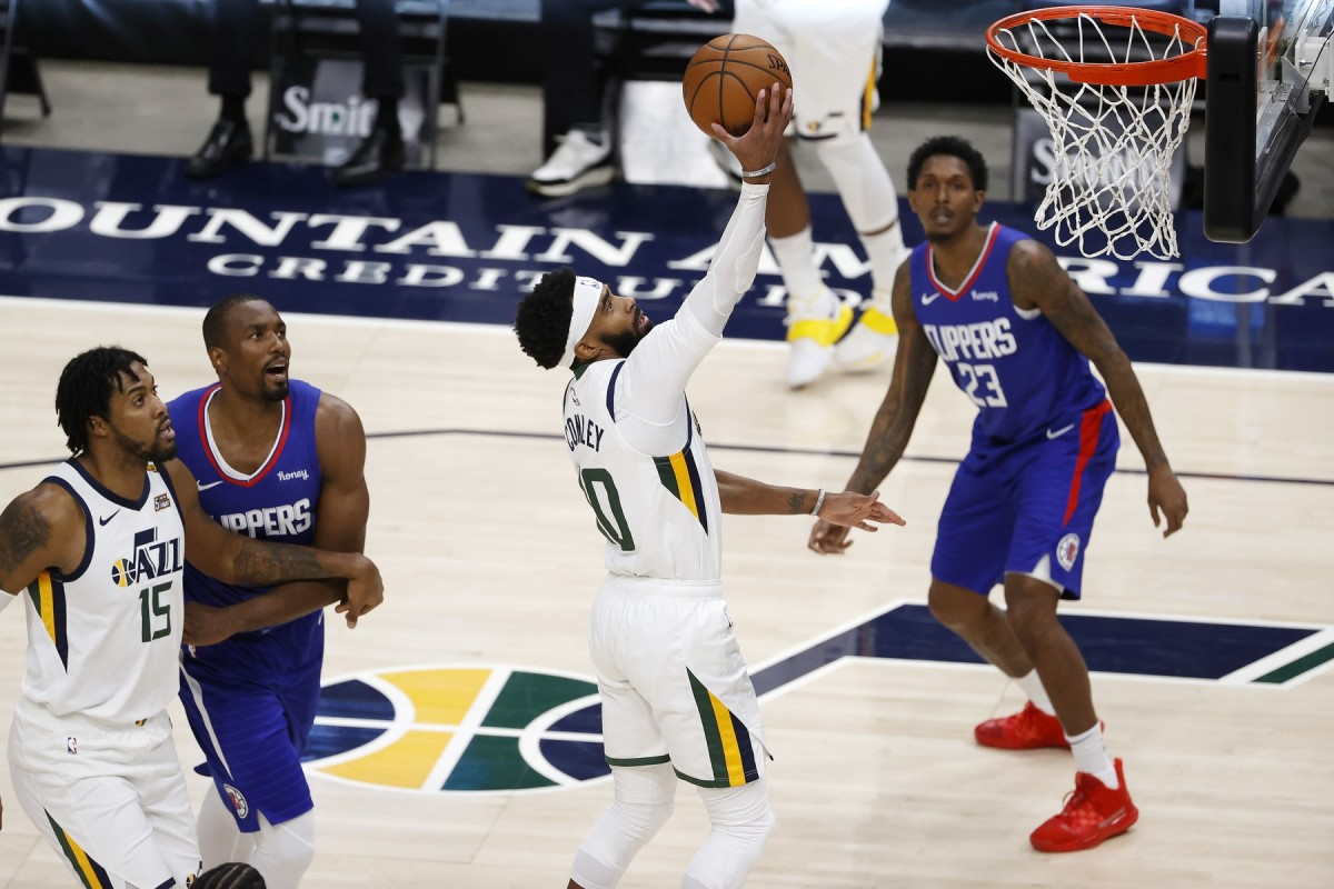 Mike Conley (10) with a layup during a game against the Los Angeles Clippers