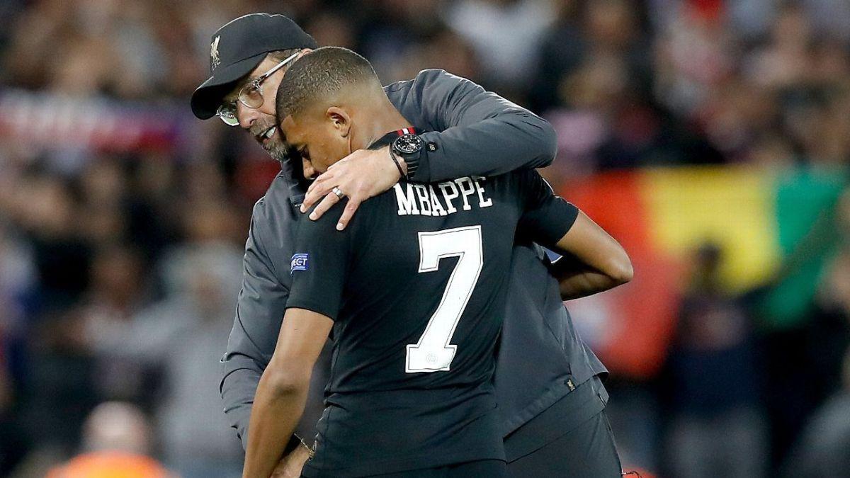 Kylian Mbappe and Jurgen Klopp embracing after Liverpool's match against Paris Saint-Germain