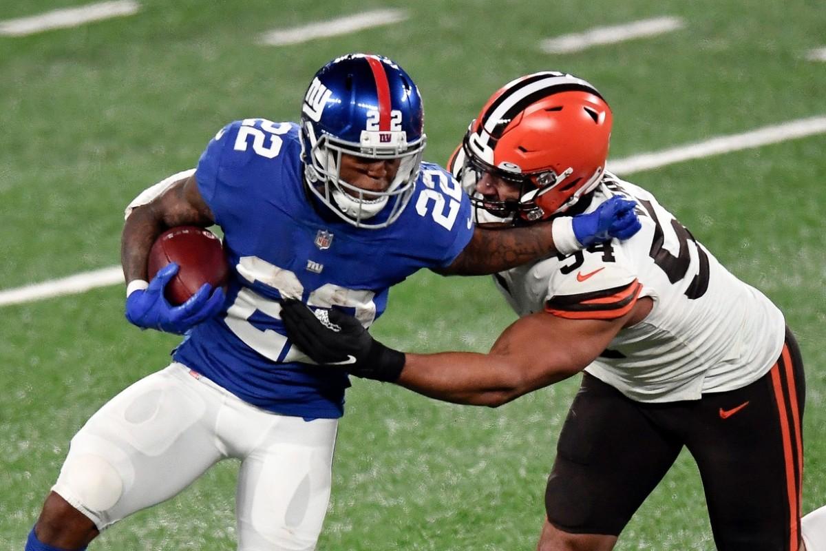 New York Giants running back Wayne Gallman (22) stiff-arms Cleveland Browns defensive end Olivier Vernon (54)© Danielle Parhizkaran/NorthJersey.com via Imagn Content Services, LLC