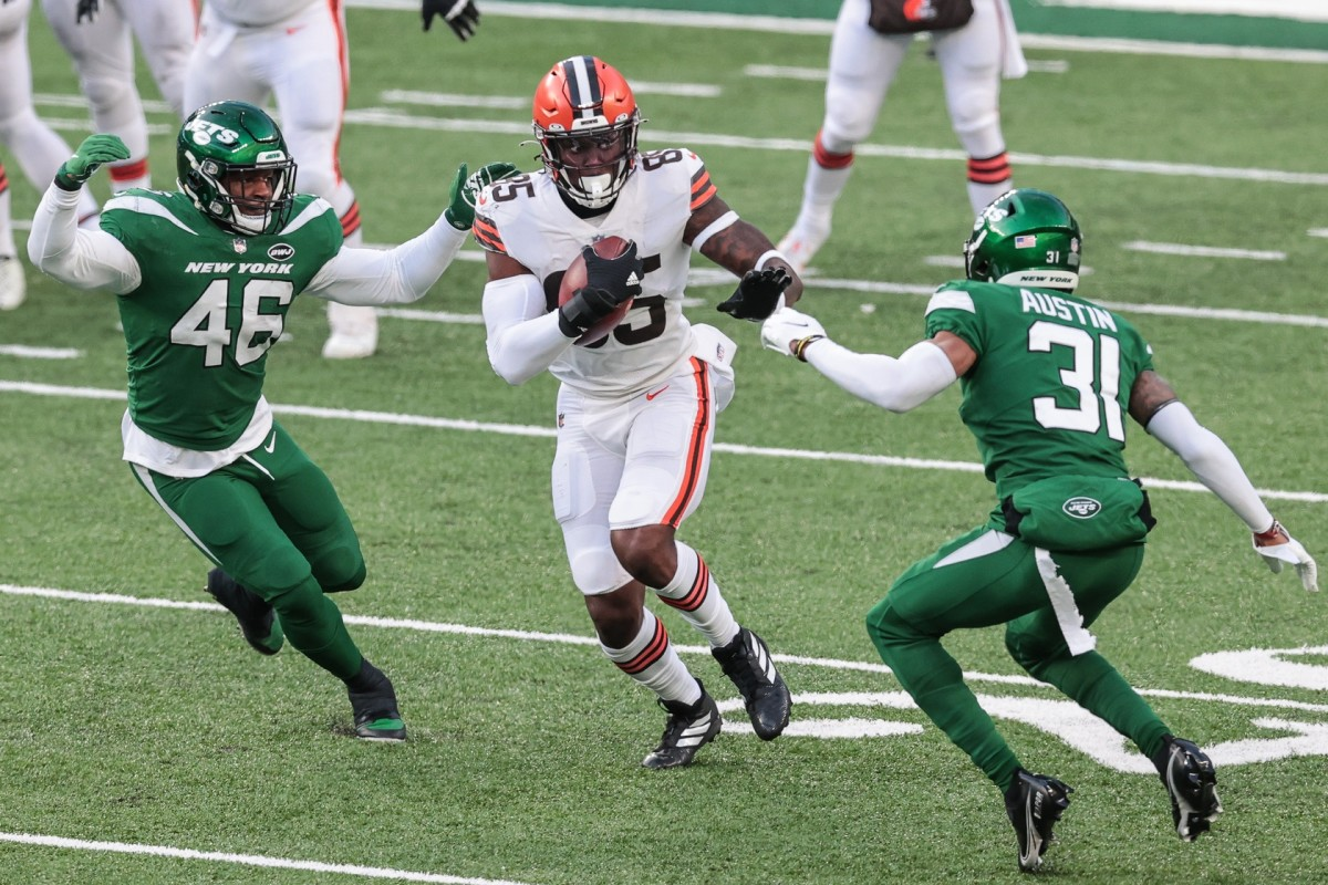 Dec 27, 2020; East Rutherford, New Jersey, USA; Cleveland tight end David Njoku (85) fights for yards as Jets cornerback Blessuan Austin (31) and inside linebacker Neville Hewitt (46) pursue at MetLife Stadium. Mandatory Credit: Vincent Carchietta-USA TODAY