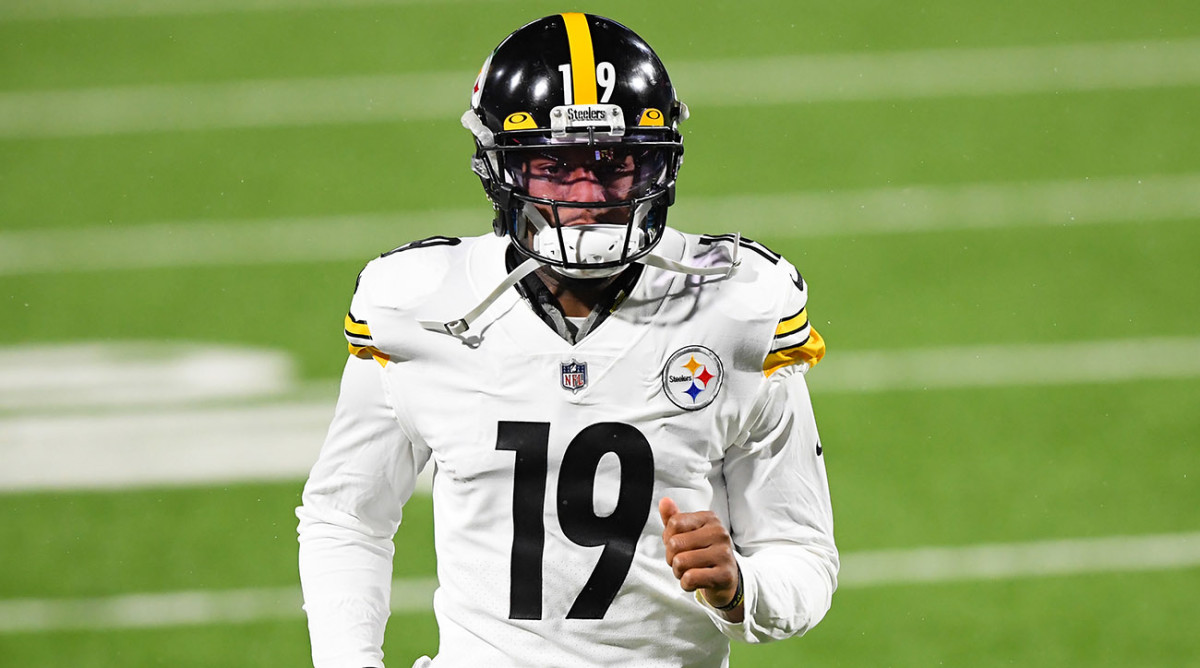 JuJu Smith-Schuster warms up before a game