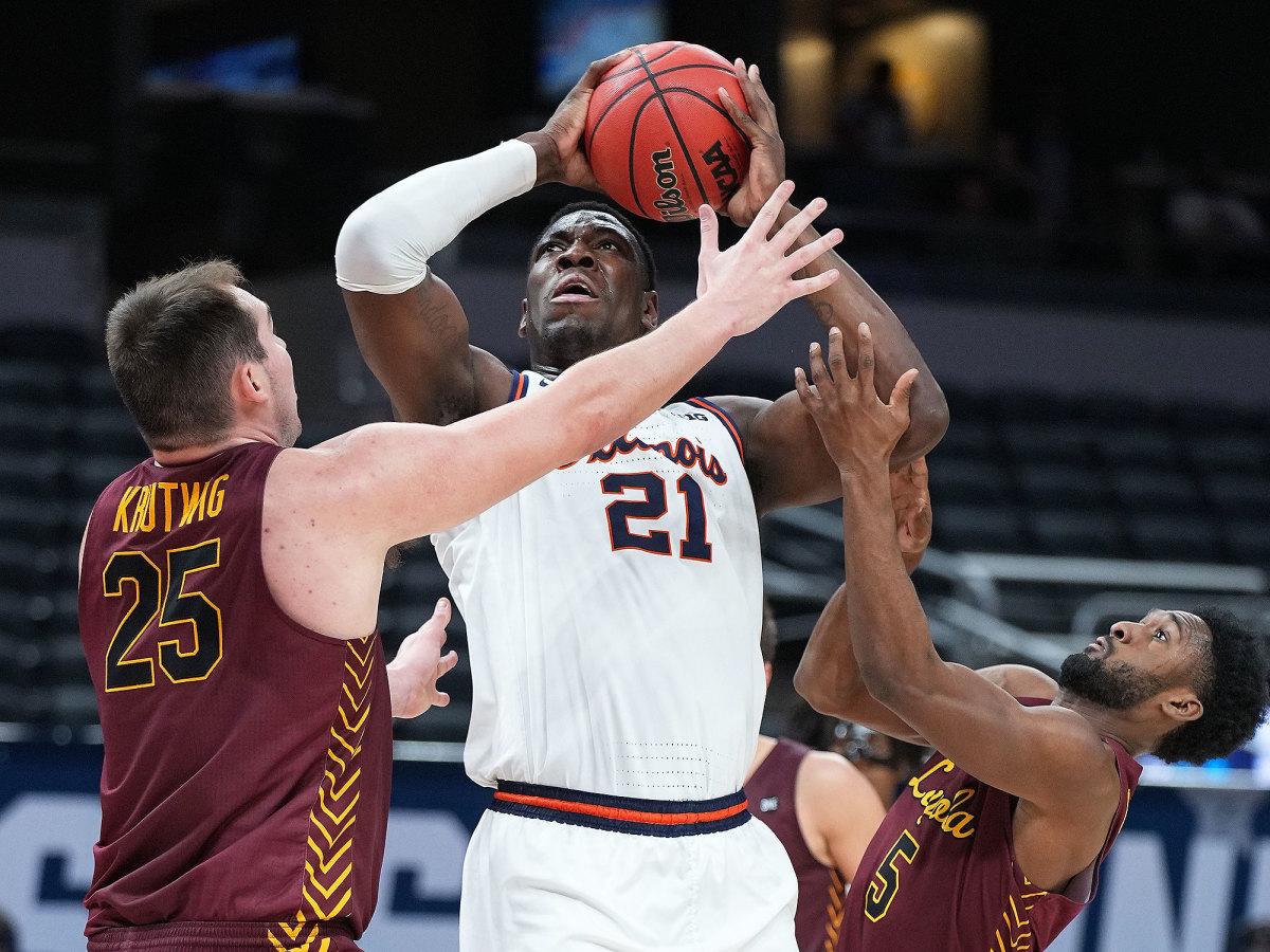 Loyola Chicago players tightly guard Kofi Cockburn