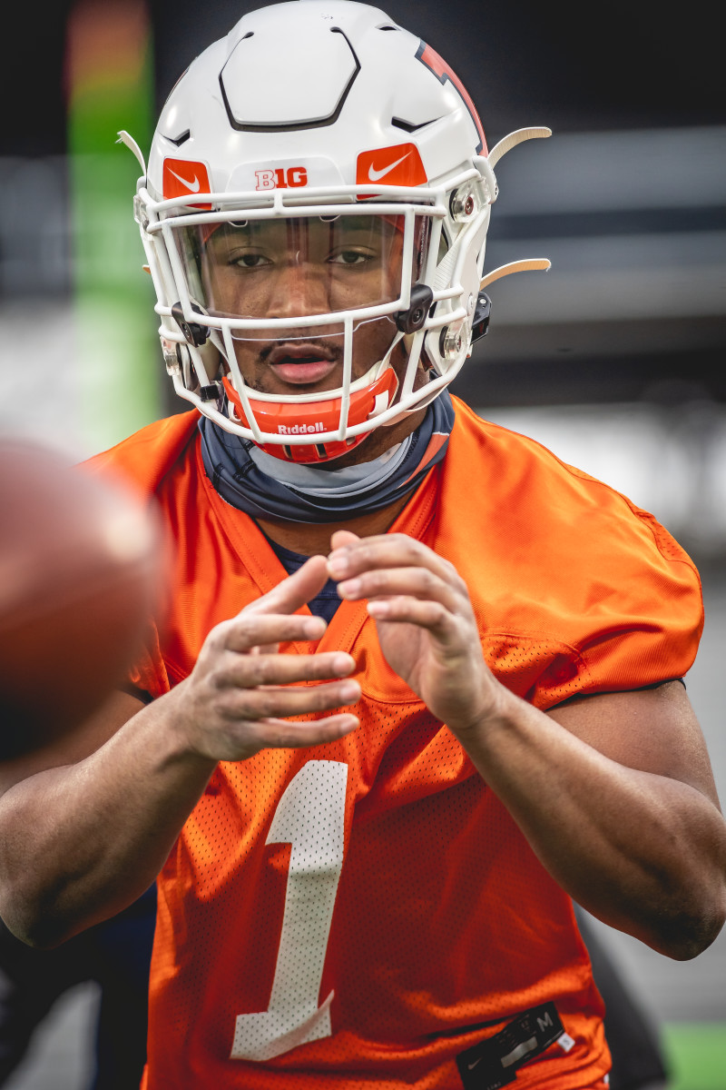 Illinois redshirt freshman quarterback Isaiah Williams taking a snap during the first spring practice on March 23, 2021.