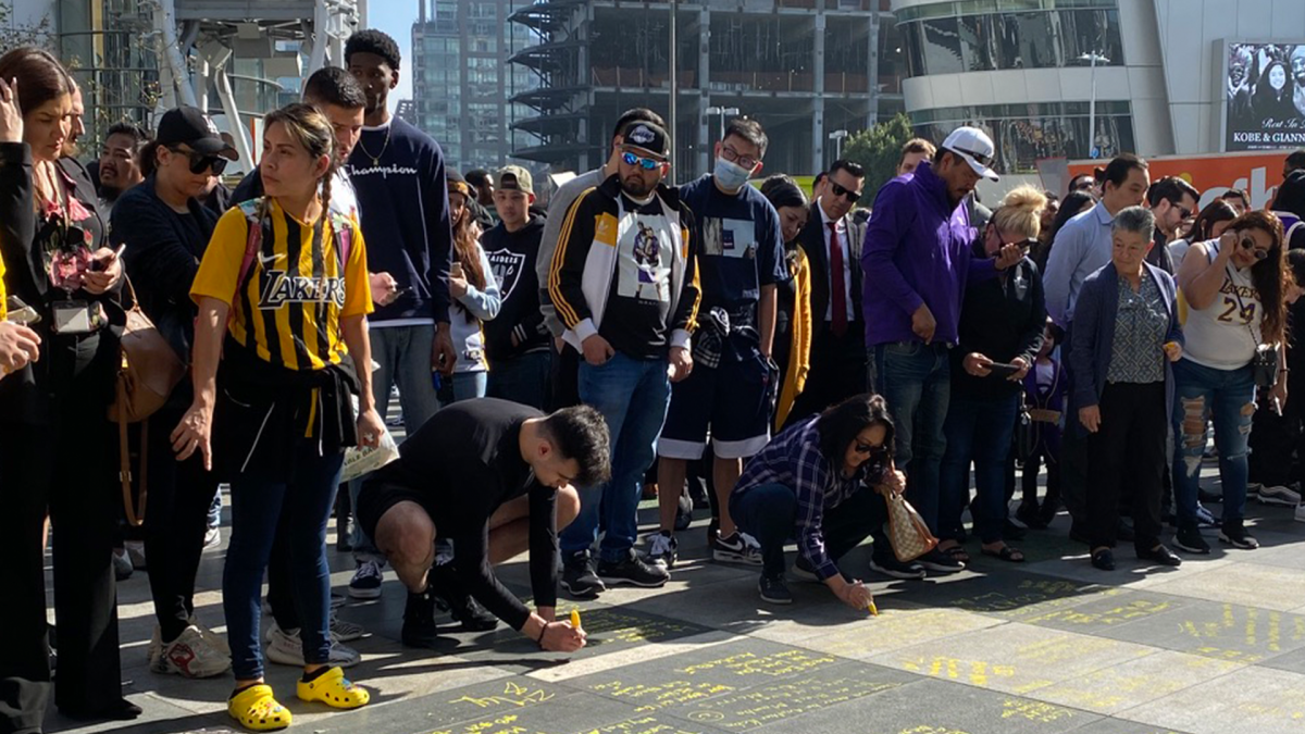 Fans In Los Angeles Come Together to Mourn Kobe Bryant and His Daughter Gianna - Sports Illustrated