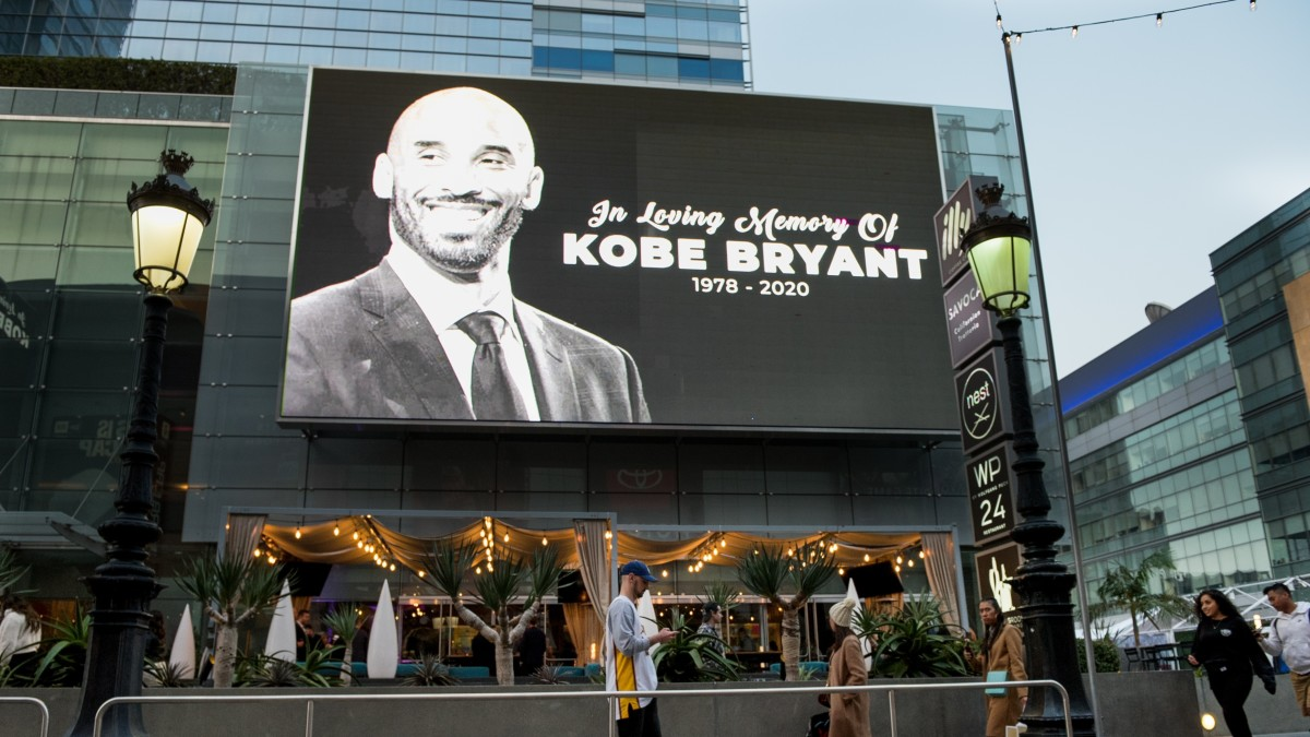 Fans Mourn Loss of Kobe Bryant and Daughter Gianna
