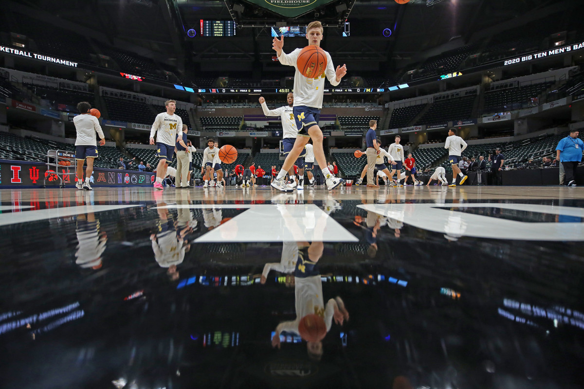Michigan warms up before the scheduledBig Ten Tournamentgame against Rutgers with no fans in attendance.