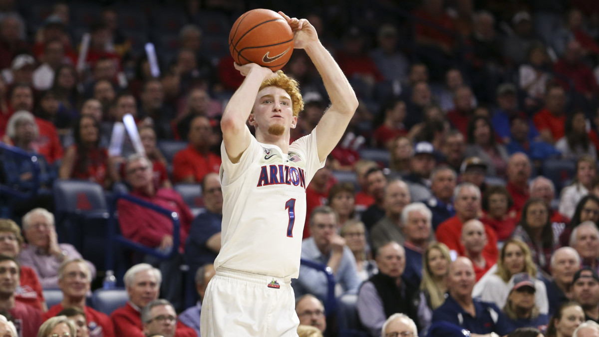 Nico Mannion shoots a three against Washington State in March.