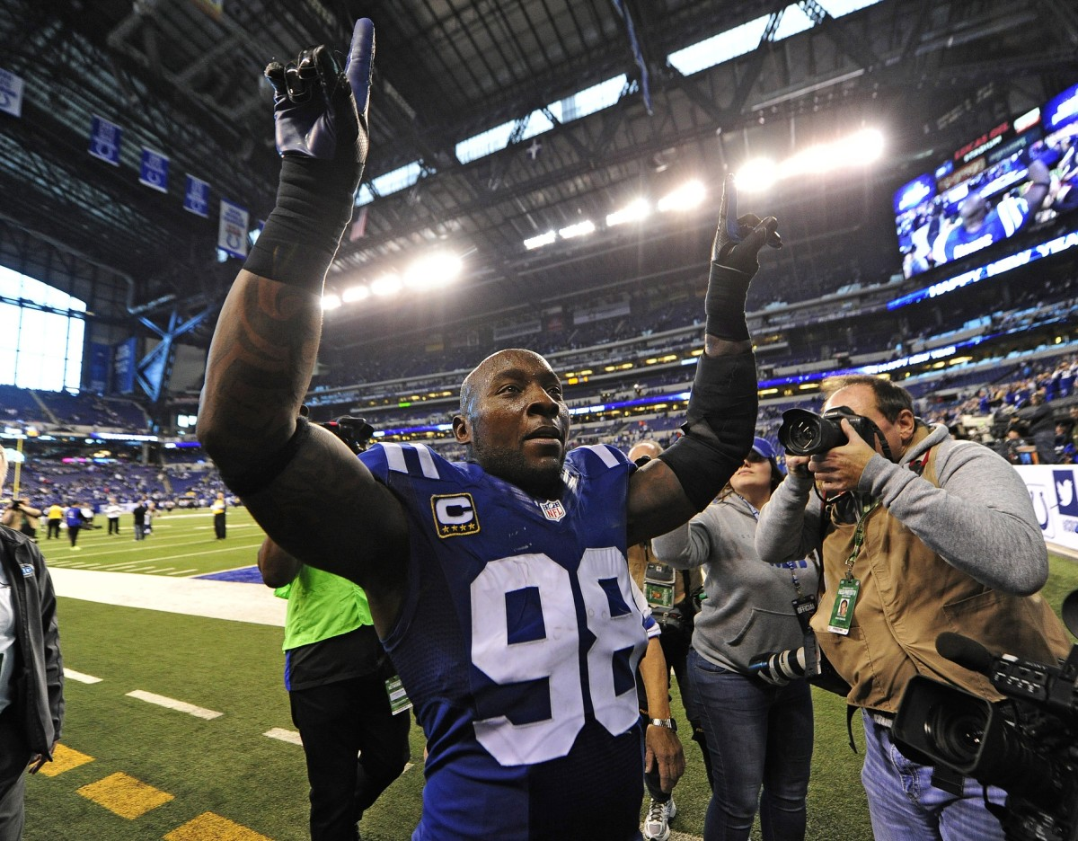 Robert Mathis salutes the crowd after the final game of his Indianapolis Colts career in the 2016 finale at Lucas Oil Stadium.