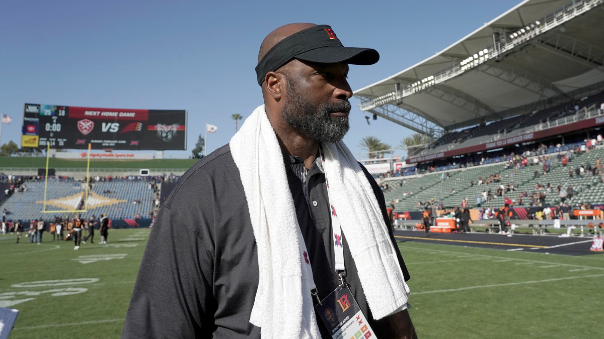 Longtime Packers assistant Moss led the L.A. Wildcats to a 2–3 record before the XFL shut down operations.