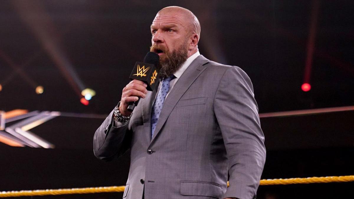Paul 'Triple H' Levesque de la WWE avec un microphone sur NXT