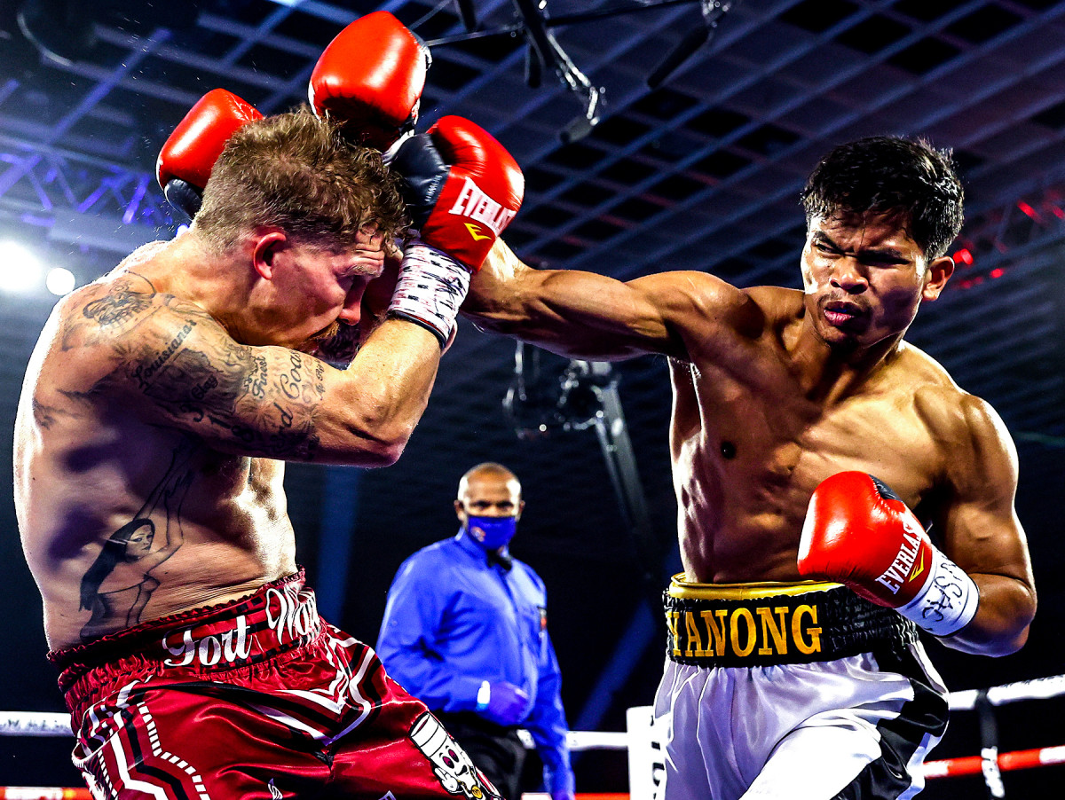 Hoyle supervise Reymond Yanong (à droite) contre Clay Burns le 25 juin dans The Bubble.