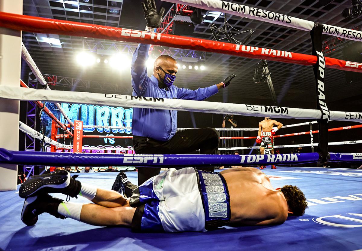 Hoyle l'appelle dans le TKO d'Elvis Rodriguez du 2 juillet de Danny Murray.