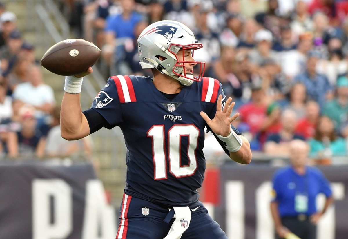 New England Patriots quarterback Mac Jones (10) throws a pass against the Miami Dolphins. Mandatory Credit: Bob DeChiara-USA TODAY