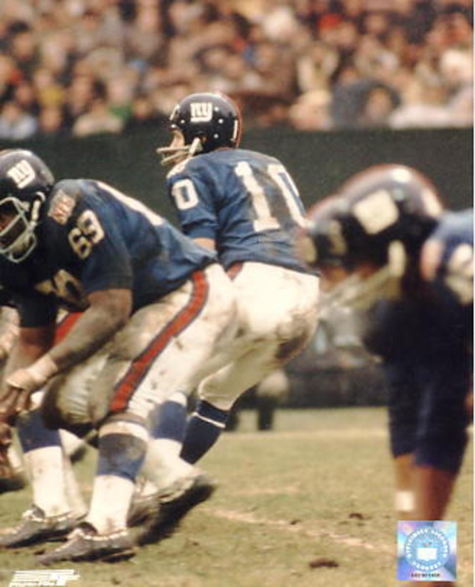Former New York Giants QB Fran Tarkenton (10) drops back to pass. Credit: bashhguidelines.org