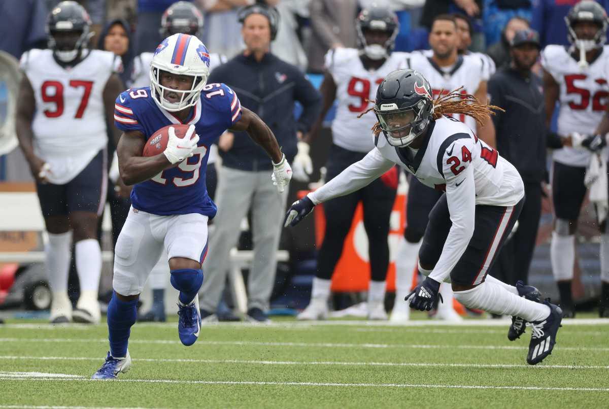 Bills kick returner Isaiah McKenzie gets around Houston's Tremon Smith. Jg 100321 Bills 39