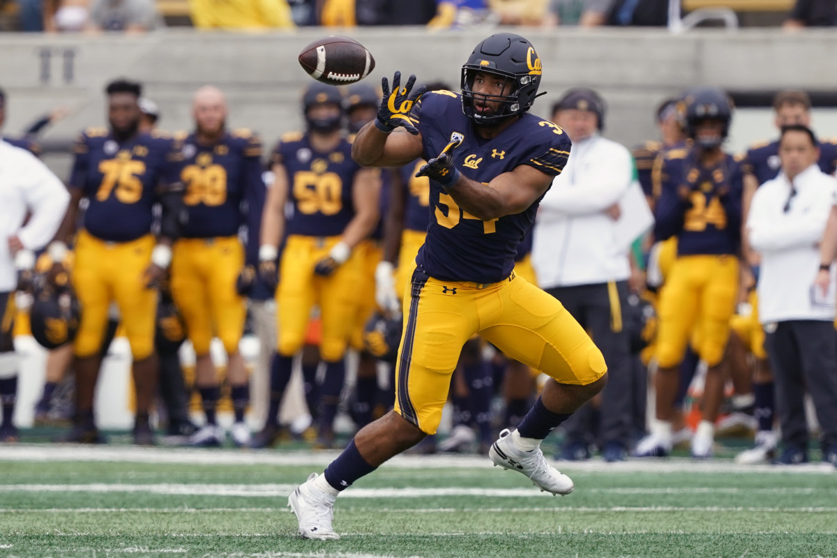 California Golden Bears running back Christopher Brooks (34) catches a pass during the first quarter against the Sacramento State Hornets.
