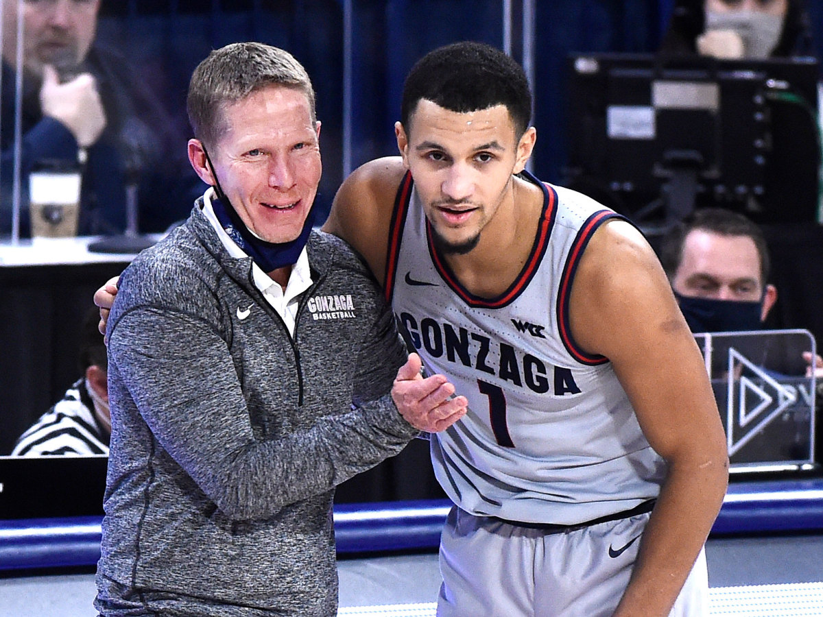 Mark Few and Jalen Suggs talk during a Gonzaga game