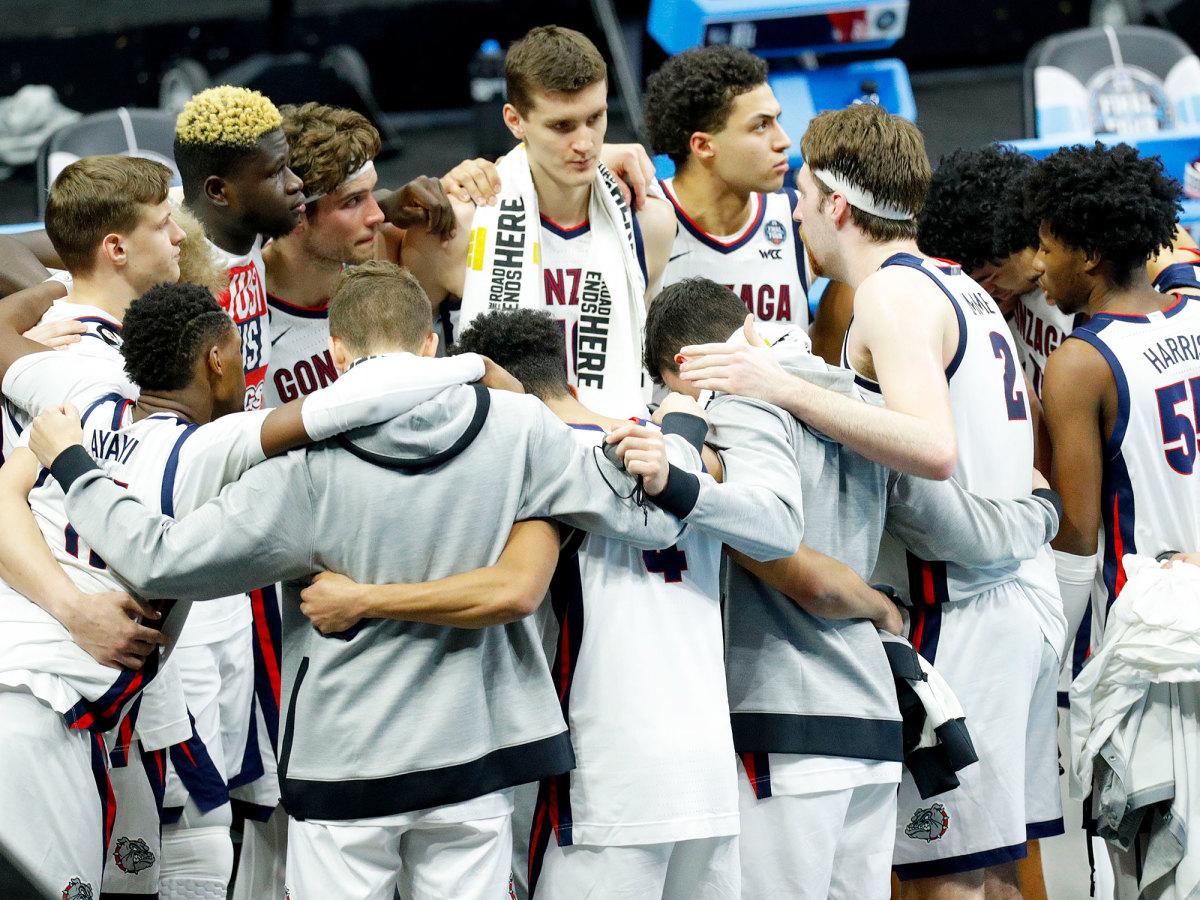 Gonzaga huddles after the loss to Baylor