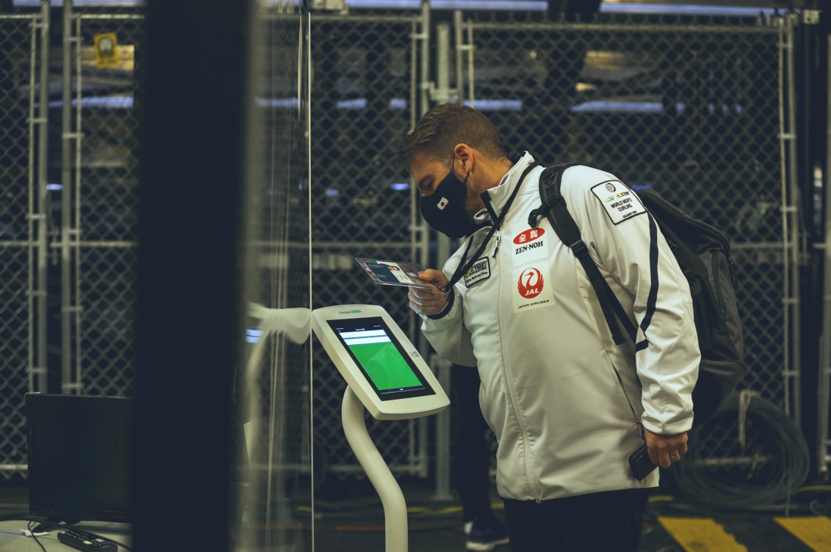 Japan coach Bob Ursel accesses a controlled area •Jeffrey Au-WCF
