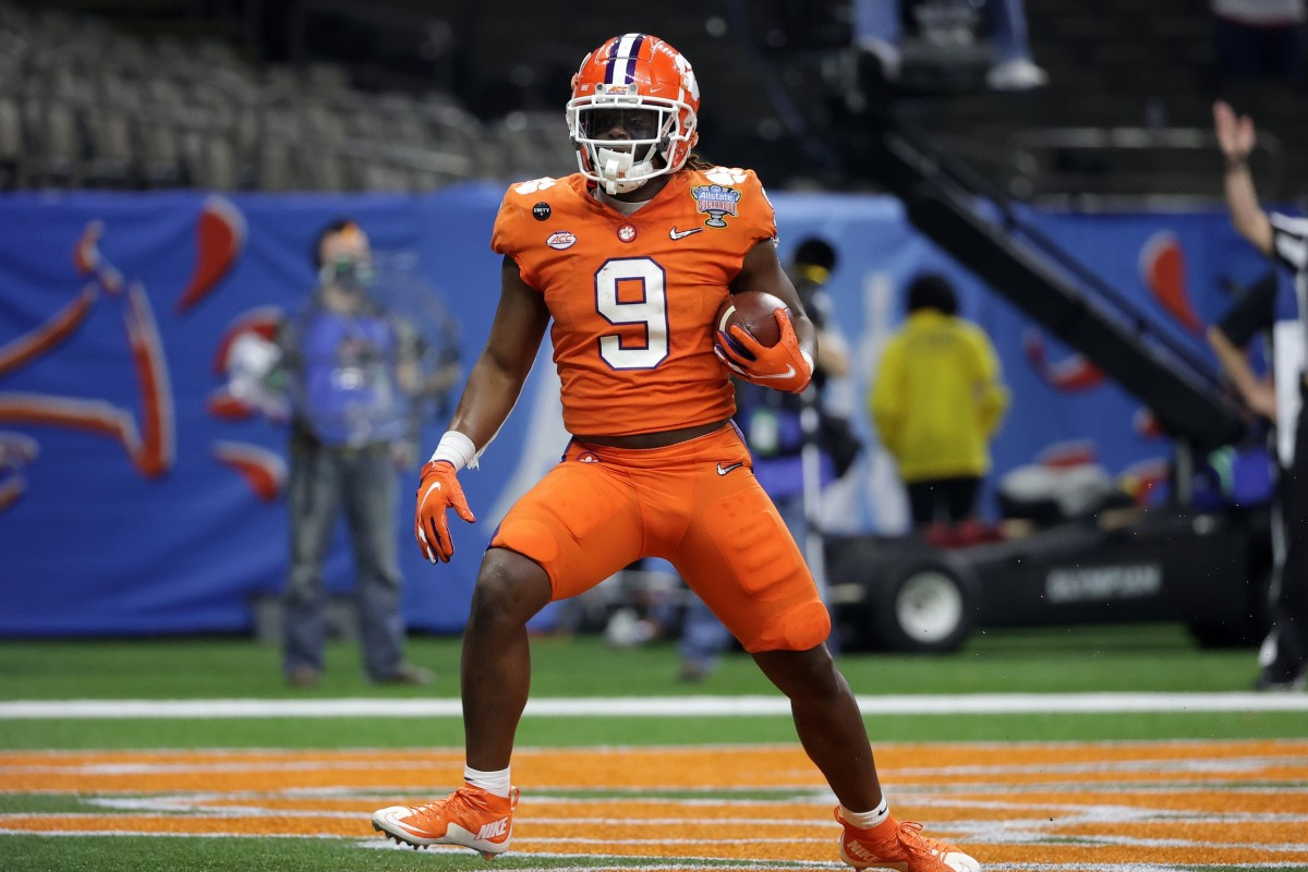 Clemson Tigers running back Travis Etienne (9) scores a touchdown against the Ohio State Buckeyes during the first half at Mercedes-Benz Superdome.