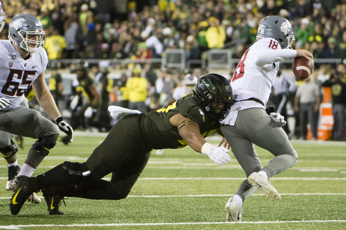 Mase Funa tackles quarterback Anthony Gordon (18) in a game against Washington State at Autzen Stadium on October 26, 2019. The Ducks would win 37-35 on a Camden Lewis field goal as time expired.