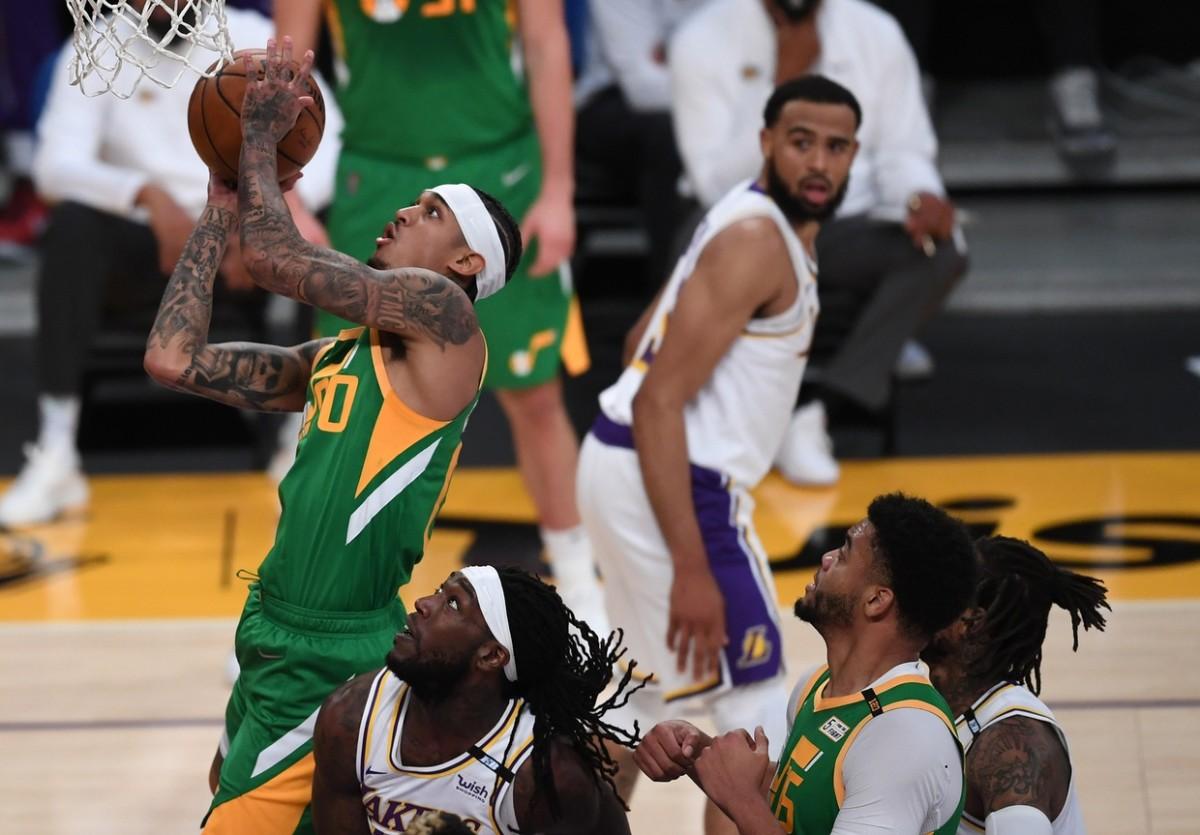 Jordan Clarkson (00) scores against the Los Angeles Lakers