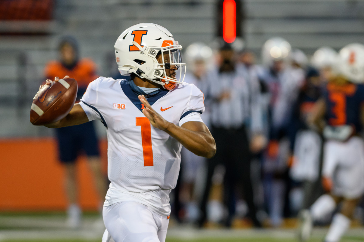 Illinois quarterback Isaiah Williams attempting a throw in Monday night's spring game at Memorial Stadium in Champaign, Ill.