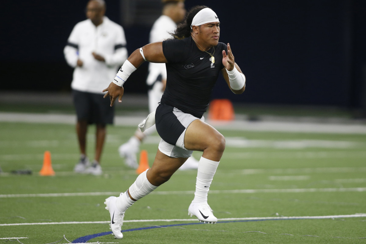 5-star linebacker Noah Sewell participates in drills at the 2019 Nike Opening in Frisco, Texas.