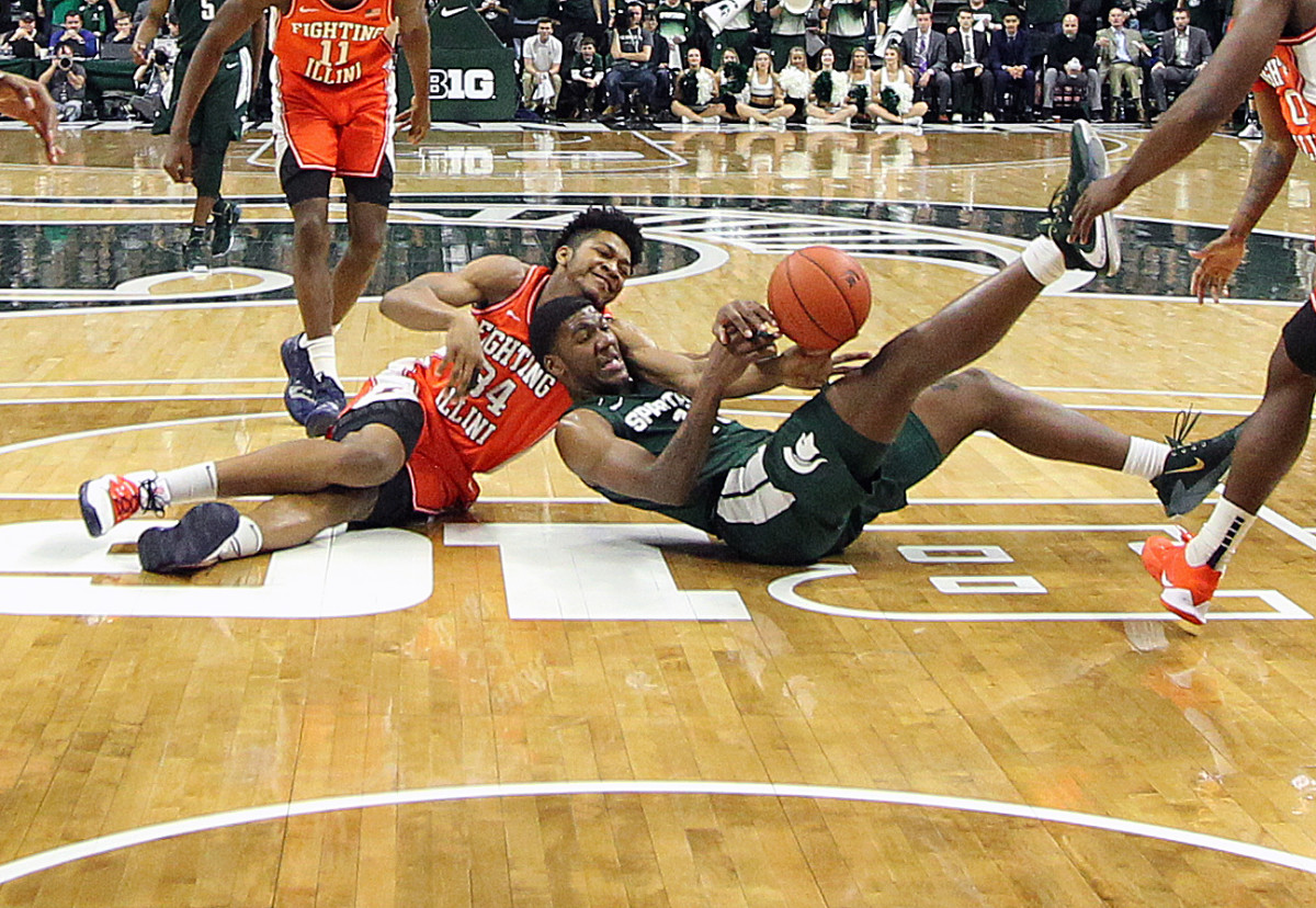 Illinois Fighting Illini center Jermaine Hamlin (34) and Michigan State Spartans forward Aaron Henry (11) fight for a loose ball during the second half of a 2020 game at the Breslin Center.