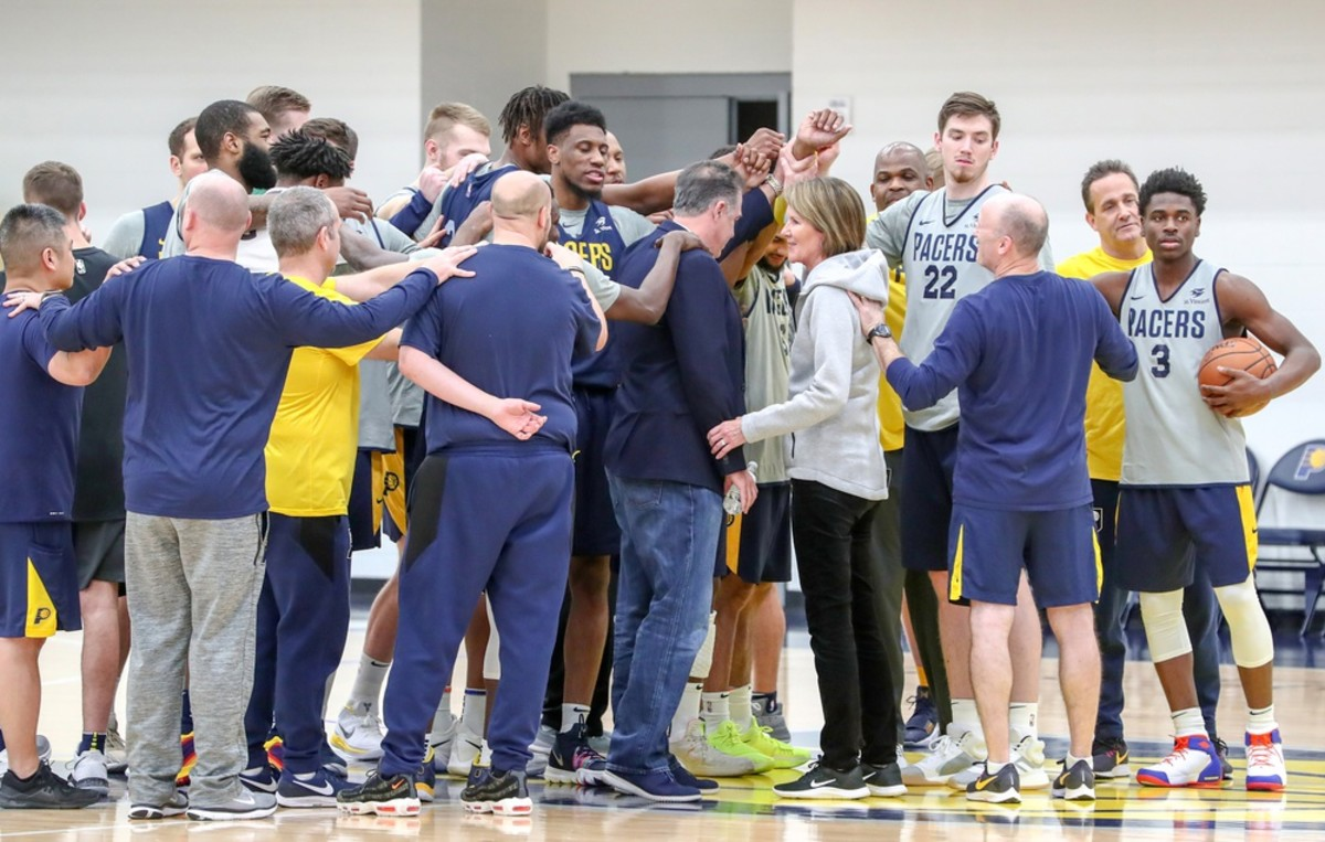 Pacers president of basketball operations Kevin Pritchard (center) huddles up with players and staff after a practice. (USA TODAY Sports)