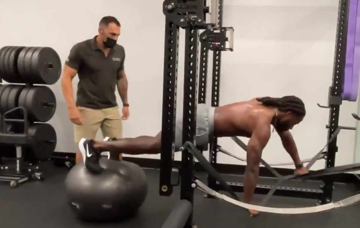 Alvin Kamara training with Dr. Reef in 2021