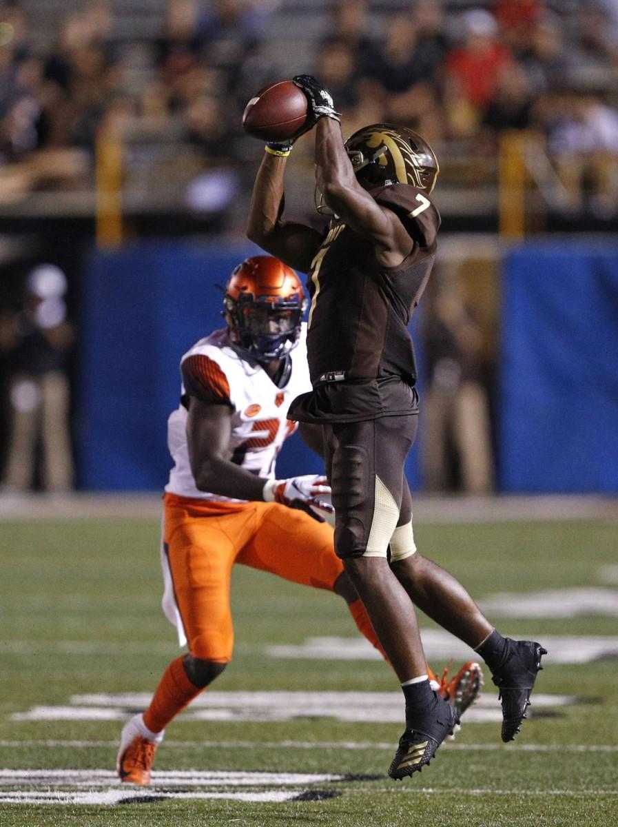 Western Michigan Broncos receiver D'Wayne Eskridge (7) makes a catch against the Syracuse Orange. Mandatory Credit: Raj Mehta-USA TODAY Sports
