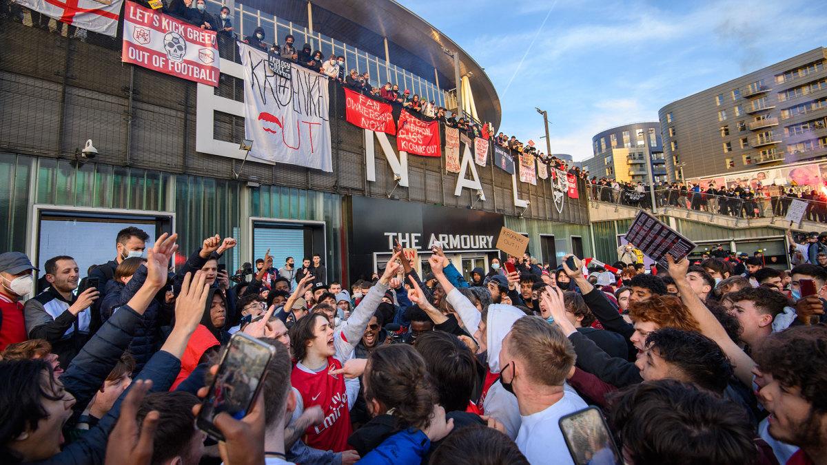 Arsenal fans protest Kroenke ownership