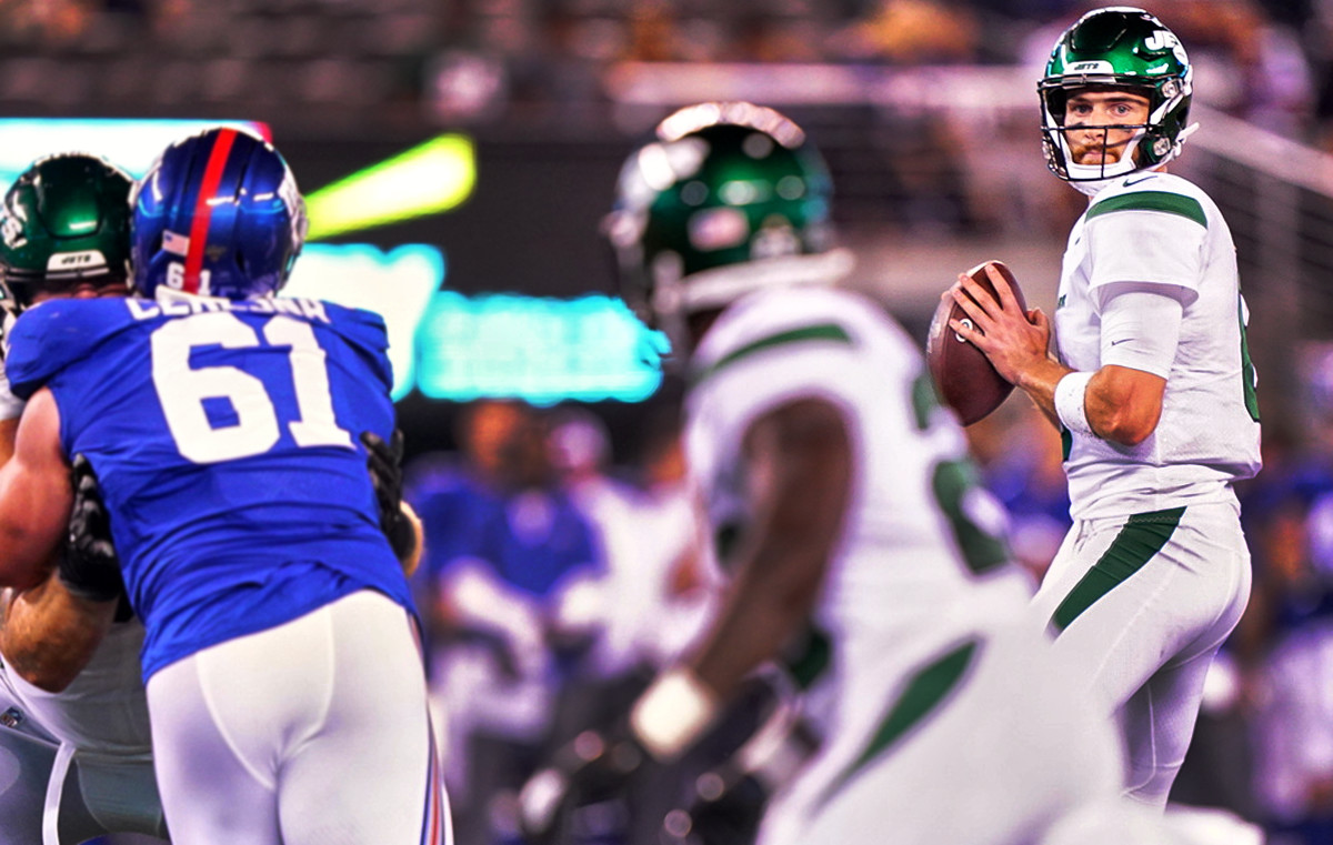 Jets quarterback Luke Falk scans the field during a game against the Giants