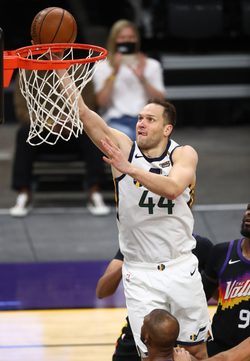 Bojan Bogdanovic (44) scores against the Phoenix Suns