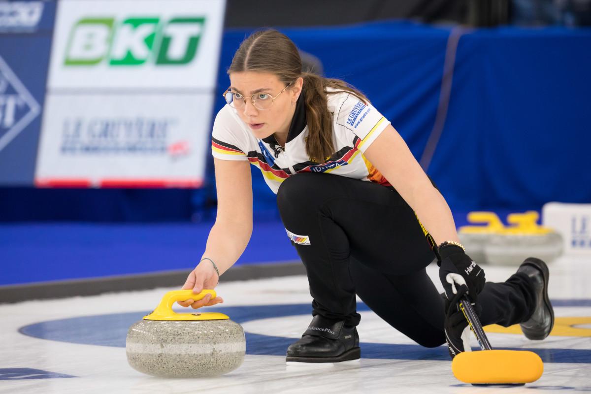 Mia Höhne throws three stones • SteveSeixeiro-WCF