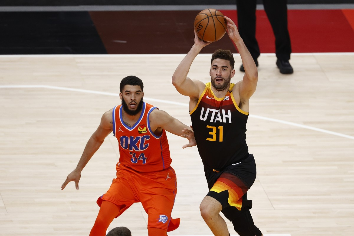 Georges Niang (31) dishes off a pass against the Oklahoma City Thunder