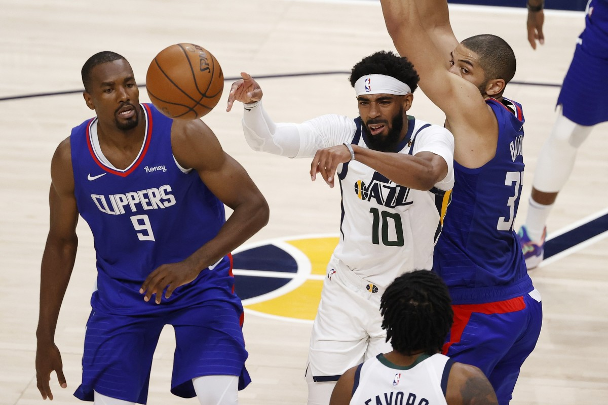 Mike Conley (10) dishes off a pass against the Los Angeles Clippers
