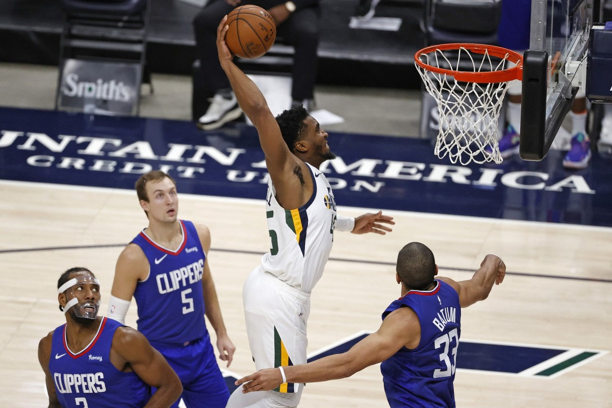 Donovan Mitchell (45) dunks on the Los Angeles Clippers