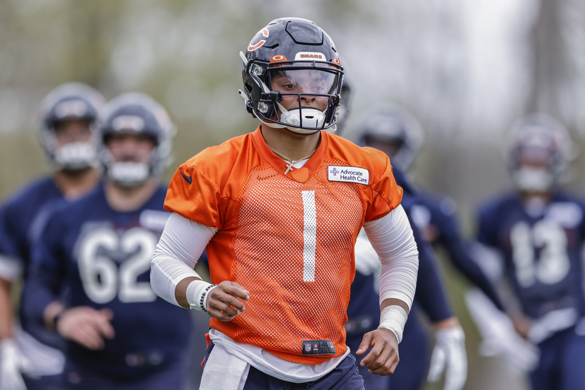 Justin Fields warms up at Bears 2021 OTAs